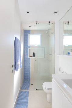 Imagem 16 de 43 da galeria de Apartamento Perdizes / SP STUDIO. Fotografia de Mariana Orsi Space Saving Bathroom, Small Bathroom Layout, Modern Bathroom, Small Narrow Bathroom, Bad Inspiration, Bathroom Inspiration, Small Shower Room, Bathroom Floor Plans, Tiny Bathrooms