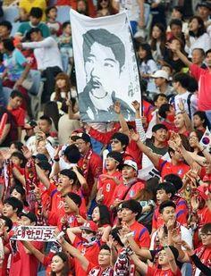 ぱくにゅー: 【アジア大会】 サッカー日韓戦に伊藤博文を暗殺した安重根の肖像画 FIFA規定違反の可能性