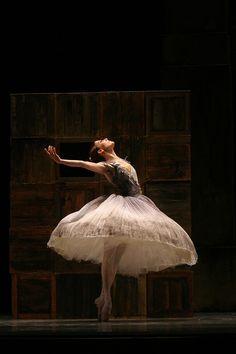 Monument – National Ballet of Canada, Rebekah Rimsay. Photo by Cylla von Tiedemann, courtesy the National Ballet of Canada.