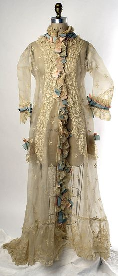 1874 – 1877 French Peignoir made of Cotton & Silk - Front View 1870s Fashion, Victorian Fashion, Vintage Fashion, Vintage Outfits, Vintage Dresses, Antique Clothing, Historical Clothing, Tea Gown, Peignoir