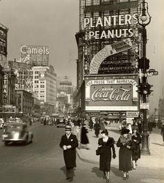 Times Square is named after the New York Times, which moved there in Old Times Square, NYC 1936 Vintage New York, Old Pictures, Old Photos, New York City, Photo New York, Albert Kahn, Coca Cola Vintage, Photos Rares, Vintage Photographs