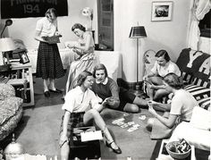 30 Interesting Vintage Photographs That Show What Life Looked Like in Female Dorm Rooms in the Vintage Year, Retro Vintage, Vintage Designs, Vintage Style, Cities, Miss Moss, Portraits, College Girls, College Life