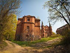 Pałac w Juchowie wybudowano w 1874 r. przez rodzinę von Kleist, na fundamentach starego dworu. Wyglądem przypominał bajkową rezydencję. Niestety po śmierci ostatniego właściciela Jurgena na froncie wschodnim II wojny światowej, pałac podupadł. Mieszkali tu przesiedleńcy ewakuowani z Zagłębia Ruhry, nękani nalotami bombowymi przez aliantów. Wraz z frontem i falą uciekinierów pomaszerowali do Niemiec. Juchowo opustoszało. Obecnie pałac jest własnością prywatną i jest zdewastowany. Von Kleist, The Beautiful Country, Barcelona Cathedral, Poland, Monument Valley, Abandoned, The Good Place, Travel Inspiration, Places To Visit