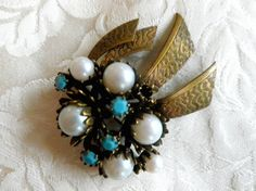 Vintage brooch faux pearl  and turquoise effect by Taingtiques