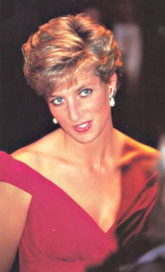 "November 14 1990 Charles & Diana performance of Richard Strauss's opera, ""Salome"" by the Welsh National Opera at the Bunkamure Opera House Lady Diana, Diana Memorial, Princess Diana Pictures, Perfect Wife, Hm The Queen, Princes Diana, Isabel Ii, Diana Spencer, Princess Of Wales"