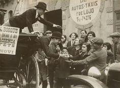 Sant Medir 1932. Repartint carmels. Foto de Sagarra i Torrents.