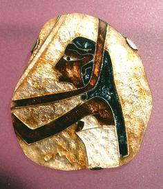 """Brosche """"Harfenspielerin"""", Cloisonné-Email, Feinsilber, Krappenfassung, ca 4 x 4.5 cm"""