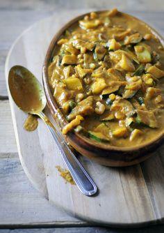 Curry maken doen we graag. De geurige kruiden, gezonde groente en romige saus. We smullen ervan. Deze curry maken we met avocado, courgette, aubergine en garnaaltjes. Van de avocado zie je in dit rece