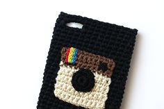 Instagram camera case. Handmade crocheted by Silayaya. Funda de móvil de ganchillo con icono de Instagram.