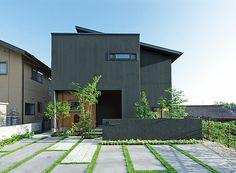 物件詳細 | 実例ギャラリー| 戸建住宅 | 積水ハウス Modern Exterior, Exterior Design, Interior And Exterior, Small House Design, Modern House Design, Exterior Wall Cladding, Narrow House, Parking Design, Japanese House