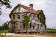 Makes me sad to see these places rot.The Most Photographed House In Craven Co. Abandoned Farm Houses, Old Abandoned Buildings, Abandoned Property, Old Farm Houses, Abandoned Mansions, Old Buildings, Abandoned Places, Haunted Houses, Abandoned Plantations