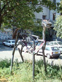 Sculpture moderne de chien, dans Les Frigos . Paris 13e