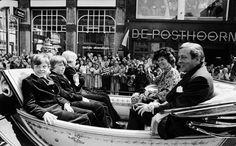 Koningin Beatrix-Prins Claus de drie prinsen Alexander-Friso en Constantijn, maken met Koninginnedag een rijtoer door Amsterdam in de koets (NL)