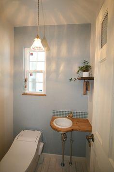 ひとりだけの空間でほっと一息、心をリセットできるこだわりのTOIL。 #家#建築#工務店#住宅#インテリア#自然素材#住まい#一戸建て#トイレ#TOIL#アクセントクロス#クロス#壁紙 Natural Interior, Massage Room, Washroom, Bath Caddy, Powder Room, Bathtub, Interior Design, Mirror, House