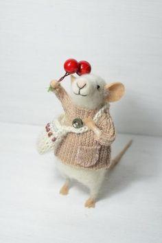 Доброй ночи, уважаемые читатели! Хотела бы обратить ваше внимание на удивительные работы молодой чилийской художницы и мастерицы по войлочным игрушкам Джоана Молина (Johana Molina). В основном, она валяет маленьких мышат, но среди них попадаются и более суровые зверьки =) Хотя, казалось бы, мышата одни и те же, но с какой фантазией мастер подходит к делу. На это всегда так приятно смотреть!