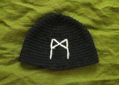 Handmade nålbinding hat black and white wool Mannaz rune Elder Funthark Viking pagan heathen by Crone Yhrm Crafts www.etsy.com/shop/CroneYhrmCrafts