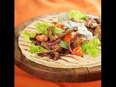 Dieses Old El Paso™ Rezept ergibt 6 heiße und köstliche Lamm-Fajitas mit Joghurt-Minz-Sauce.