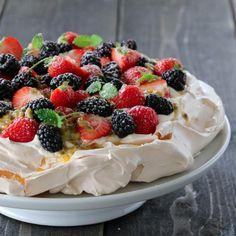 Pavlova med friske bær og pasjonsfruktsaus Pavlova, Granola, Sour Cream, Cheesecake, Food Porn, Snacks, Ethnic Recipes, Desserts, Sweets