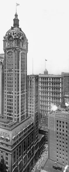 El Singer Tower, construido entre 1906 y 1908 y demolido en 1968. La imagen es de 1913. Fue el edificio más alto jamás destruido, hasta los atentados del 11 de septiembre de 2001, cuando el World Trade Center colapsó. Estuvo en el 149 de Broadway, a un par de manzanas al norte de la Trinity Church, en la zona de Wall Street.