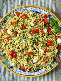 Caprese Pasta Salad & 8 tips for perfect pesto pasta. Including a few for making pesto cheaper, without sacrificing quality or taste! Caprese Pasta Salad, Pasta Salad Recipes, Pesto Salad, Pasta Meals, Fresh Corn Salad, Fourth Of July Food, July 4th, 4th Of July Food Sides, October