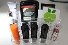 Mais caixas de acrílico no closet, organiza e dá um charme para as maquiagens. byprirossi #makeup #organize #closet