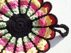 Pannenlap haken met duidelijk haakpatroon - Hobby.blogo.nl Diy Crochet, Pot Holders, Crochet Earrings, Blanket, Handmade, Coasters, Accessories, Hand Made, Potholders