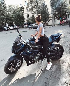 In dieser Geschichte geht es um ein Mädchen, das an diesem Tag Nerd ist . This story is about a girl who is nerd that day . Motorbike Girl, Motorcycle Outfit, Motorcycle Bike, Motorbike Photos, Motorcycle Clothes, Biker Chick Outfit, White Motorcycle, Women Motorcycle, S1000r