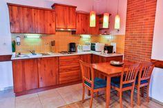 Stúdió Apartmanunk felszerelt konyhája, mely kapszulás kávéfőzővel, mikrohullámú sütővel, kenyérpirítóval, főzőlappal, vízforralóval rendelkezik. Kitchen Cabinets, Relax, Table, Furniture, Home Decor, Kitchen Cupboards, Kitchen Base Cabinets, Tables, Home Furnishings