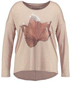 De herfstbladeren print is van transparante pailletten en geeft hoogtepunten aan je outfit. Casual vormen met lange vleermuismouwen. Lengte ca. 68 cm ... Bekijk op http://www.grotematenwebshop.nl/product/fijne-pullover-met-print-2/