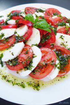 Tomatoes and mozzarella are layered and topped with fresh basil, olive oil and balsamic vinegar in this easy caprese salad recipe. Caprese Salad Recipe, Tomato Basil, Fresh Basil, Balsamic Vinegar, Vinaigrette, Bon Appetit, Mozzarella, Love Food, Appetizers