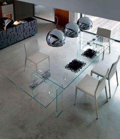 Mesa rectangular en cristal con dos pies también de cristal.