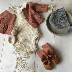Ny favorittbody fra @memininorway her sammen med #ekspressromperen #hoppestrikk #babystrikk #strikkedilla sko og strømper fra @holalola.no