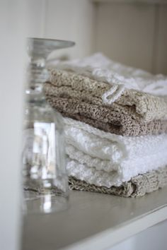 Crocheted hand towels My friend made me a huge bag of these as a wedding present and I LOVE them. We've been able to completely eliminate wasteful paper towels and sponges this way. Yarn Projects, Knitting Projects, Crochet Projects, Knitting Patterns, Crochet Patterns, Crochet Home Decor, Crochet Crafts, Yarn Crafts, Diy Crafts