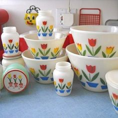 """""""Tulip"""" collection* fire king """"Tulip"""" collection* the largest bowl was my Grand Mother's Potato Salad Bowl for family get togethers!fire king """"Tulip"""" collection* the largest bowl was my Grand Mother's Potato Salad Bowl for family get togethers! Vintage Bowls, Vintage Kitchenware, Vintage Dishes, Vintage Glassware, Vintage Pyrex, Vintage Appliances, Vintage Dinnerware, Retro Vintage, Kitsch"""