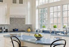 crédence cuisine en carreaux de mosaïque à motifs d'ornementation, îlot de cuisine en bois massif et mobilier en bois