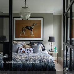 Das Schlafzimmer wurde mit neutralen Farben eingerichtet, die als Ausgangspunkt für eine charakteristische Gestaltung dienen können. Die florale Tagesdecke und…