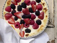 Dieses Gratin sieht köstlich aus. Quark-Gratin - mit frischen Beeren - smarter - Kalorien: 336 Kcal - Zeit: 35 Min. | eatsmarter.de