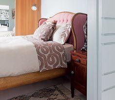 O quarto tem cama de princesa, com cabeceira estofada cor-de-rosa com detalhes dourados. Cinderela, Bela Adormecida ou Rapunzel poderiam dormir ali, mas esta é a casa da interior stylist Melany Kuperman