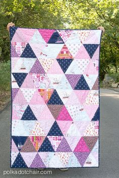 Triangle Quilt 2019 How to make a triangle quilt a simple tutorial to make a quilt using triangles. A great quilt project for a beginning quilter. The post Triangle Quilt 2019 appeared first on Quilt Decor. Triangle Quilt Tutorials, Triangle Quilt Pattern, Quilting Tutorials, Quilting Projects, Quilting Designs, Triangle Quilts, Beginer Sewing Projects, Sewing Crafts, Quilt Design