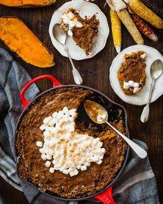 La noche del jueves se celebra Thanksgiving. Esta es probablemente la cena más entrañable del año en Estados Unidos. Una cena de unión de familia y amistad. Hay infinidad de recetas típicas de esta cena y sin duda esta tarta de batata y nubes es una de ellas. Sabe a un otoño súper rico y si no la has probado nunca no te la puedes perder. La encontrarás en el blog de @claudiaandjulia. Sweet dreams!