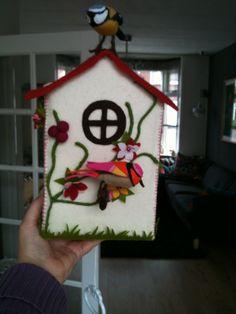 Een versierd vogelhuisje voor in Louise haar kamer.
