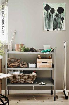 Hou jij van een botanische sfeer in huis? Hoog tijd om de natuur in huis te halen! Creëer een plek die helemaal in het teken staat van jouw passie voor planten met een verticaal tuinierstation en voldoende opbergruimte voor al je potten, potgrond en zaden. Ontdek onze ideeën voor een tuintje binnenshuis! HINDÖ Open kast binnen/buiten, 98,-/st. #IKEABE #IKEAidee Fancy a botanical atmosphere at home? Time to bring nature indoors! Discover our ideas for an indoor garden! #IKEABE #IKEAidea