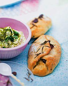 Olivenfladen mit Pistazien-Schafskäse-Dip - Rezepte - [LIVING AT HOME]