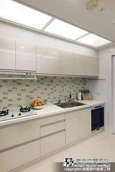 流明天花打亮廚房,可愛的磁磚讓白色廚具增添活潑氣息。