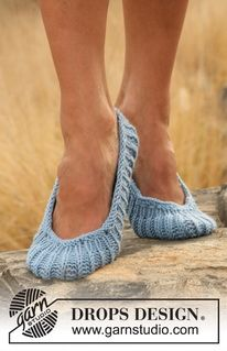 """Stream - Knitted DROPS slippers in English rib in """"Merino Extra Fine"""". - Free pattern by DROPS Design Drops Design, Knitting Patterns Free, Free Knitting, Crochet Patterns, Knitting Tutorials, Stitch Patterns, Knit Slippers Free Pattern, Knitted Slippers, Knit Shoes"""