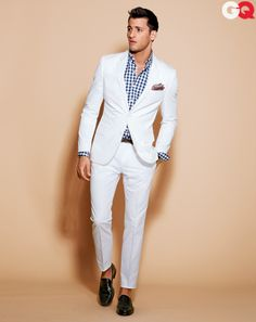 The Best Men's Fashion: White suit- I knwpo what your thinking but this is actually great look it as an outfit meant to get wrinkly and dirty, Its not supposed to be for work or anything pure casual dress that you can dress down or up Best Mens Fashion, Mens Fashion Suits, Look Fashion, Mens Suits, Fashion Outfits, Suit Men, Gq Fashion, Trendy Fashion, Fashion News