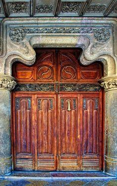 photo by Rolde La Casa Navás is a modern building in the city of Reus, Catalonia, Spain, designed by architect Lluis Domenech i Montaner built Cool Doors, Unique Doors, Knobs And Knockers, Door Knobs, Entrance Doors, Doorway, Front Doors, Doors Galore, When One Door Closes