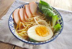 Noedelsoep is een Japans gerecht en wordt ook wel ' ramen' genoemd. Ramen is een kruidige bouillonsoep met noedels, allerlei soorten groente en naar voorkeur vis, vlees of ei er bij.