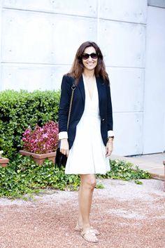 Carla Aguilar es estilista en TELVA, es fan de las blazers masculinas sobre outfits femeninos y delicados como este basado en un vestidito blanco con un puntito lencero.