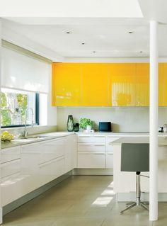 Cuisine blanche et jaune vif. On  aime les finis lustrés, qui donnent un chic à l'italienne à cette cuisine lumineuse. Trouvez plus d'inspiration via @Gagnoncuisines.